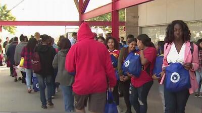 Regalan miles de pavos a familias de bajos recursos en la ciudad de Compton