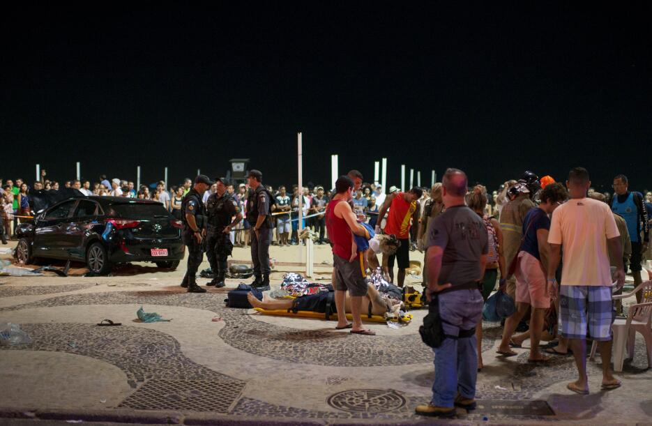 Vehículo arrolla a transeuntes en la playa de Copacabana 2018-01-19t0123...