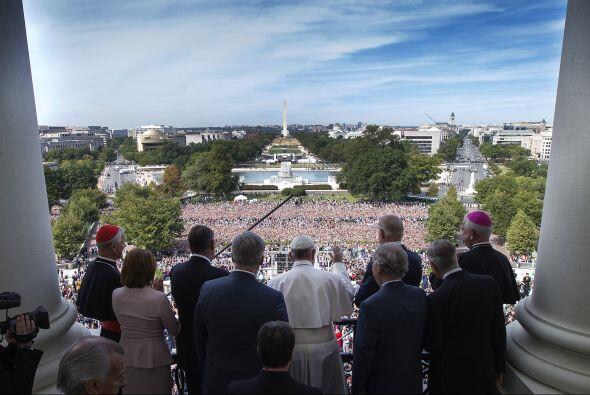 El pontífice saluda a la multitud desde el balcón de Capitolio de EEUU.
