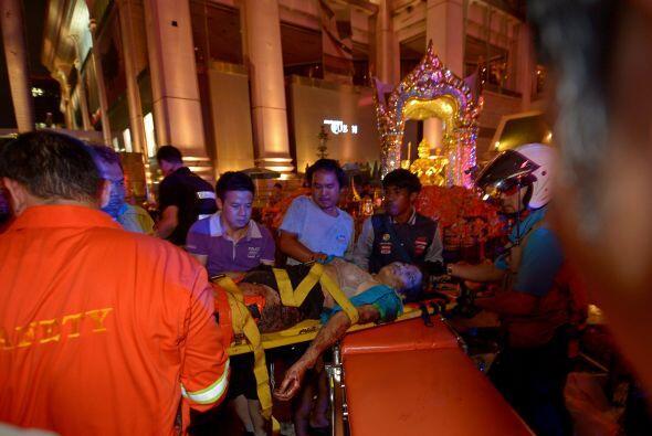 Un herido en el templo es ayudado por los rescatistas.