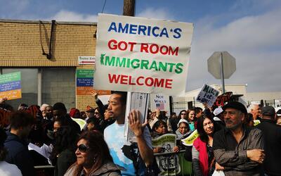 Notarios venden hasta por $250 una carta para padres en riesgo de deport...