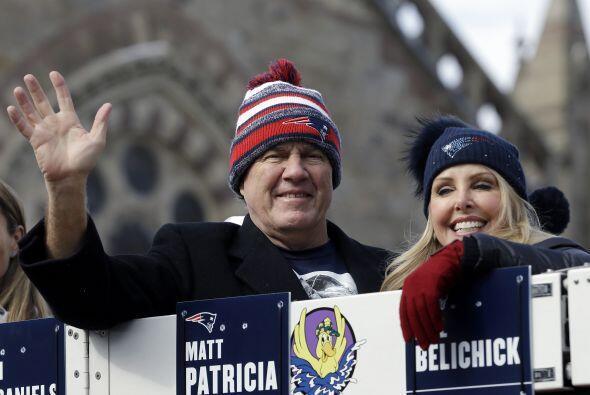 Belichick acompañado de su novia Linda Holliday (AP-NFL).