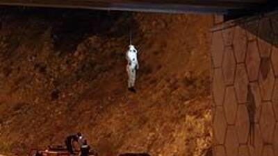 Cadáveres de tres presos prófugos fueron colgados de puente en México 0f...