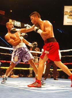 Víctor Cayo pasó muchos golpes gracias su buena cintura y...