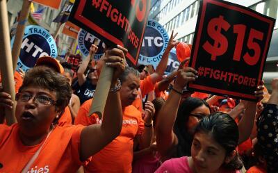 Activistas y trabajadores en una protesta en Nueva York, donde se inició...