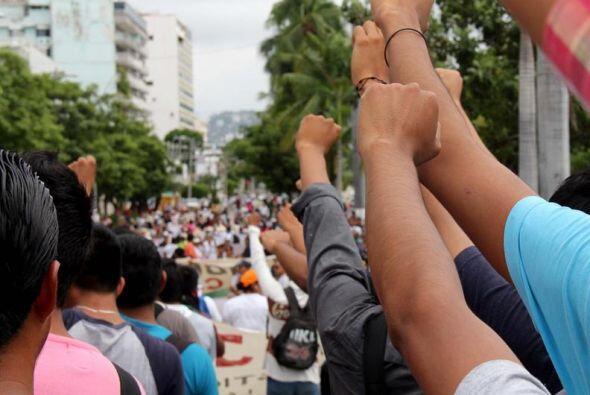 Entre los gritos de furia, la gente pedía la destitución del gobernador...