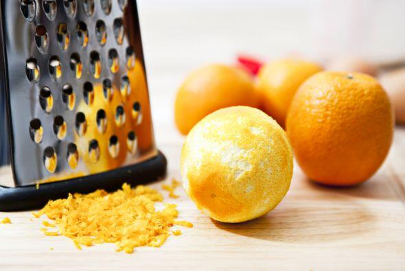 Mezcla en un bol el jugo de media naranja, 1 cucharada de ralladura de n...