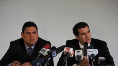 El Presidente de la FESFUT, Carlos Méndez Flores (izq.) y el Secretario...