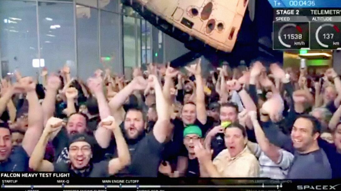 El equipo de SpaceX celebra el éxito del lanzamiento.