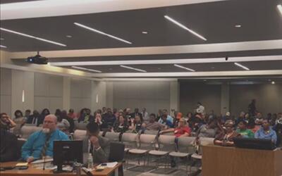 La junta directiva del Distrito Escolar de Houston discute sobre la prop...