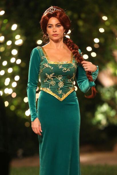Un vestido entallado en color verde, con un sexy escote y una peluca roj...