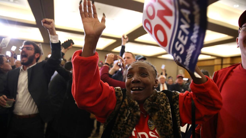 El momento del anuncio: el demócrata Doug Jones acabó el martes por la n...