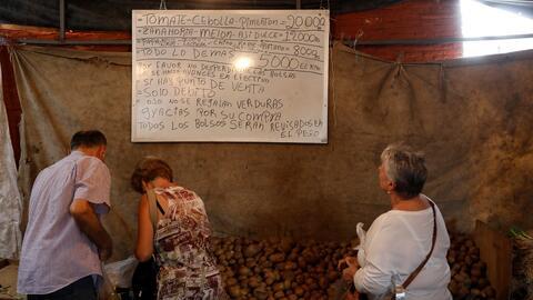 Los precios de un mercado callejero de vegetales en Caracas, el 13 de no...