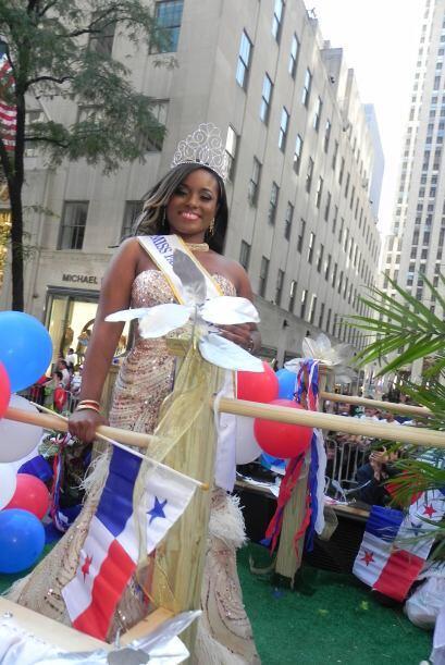 Las reinas del desfile de la hispanidad en Nu f4be5e55bc1441119d58a75f0b...