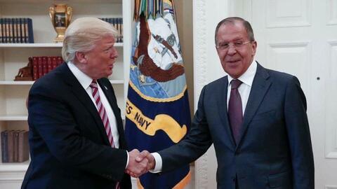 El presidente Donald Trump saluda al ministro del Exterior de Rusia, Ser...
