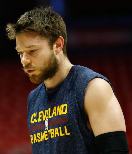 Tras no ser elegido en el Draft de la NBA de 2013, disputó la NBA Summer...