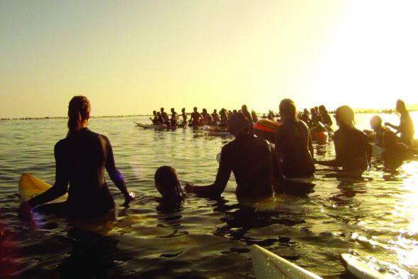 Al menos 2000 personas participaron un un homenaje en el mar por las v&i...