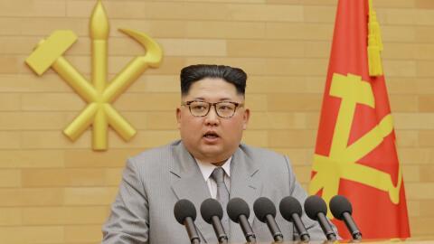 Kim Jong Un dando su discurso de Año Nuevo, transmitido por la televisió...
