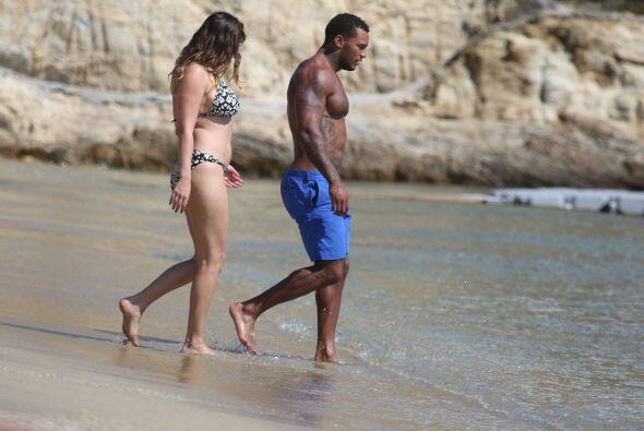 Encontramos a Kelly Brook en la playa.