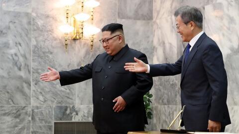 El presidente de Corea del Sur, Moon Jae-in (d) y el líder norcoreano Ki...