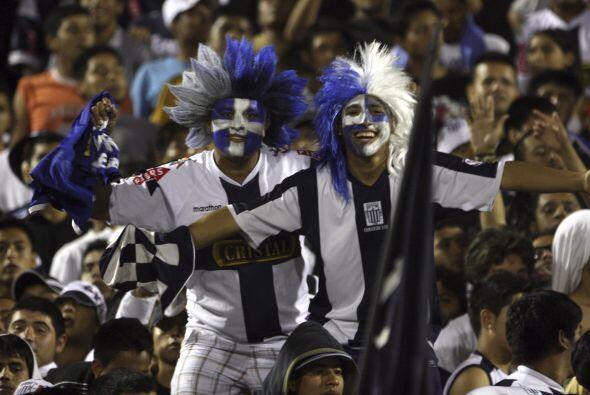 Vistosos integrantes de la afición del Alianza Lima, la copa puede ser h...