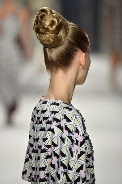 Sus modelos aparecieron con el cabello recogido en altos moños, i...