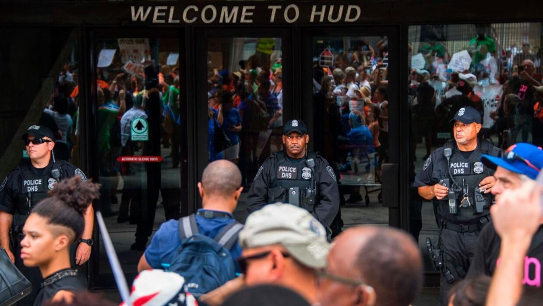 Manifestantes protestan en la sede central del HUD, en Washington DC, tr...