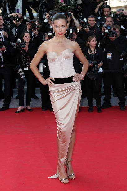 Cerramos con Adriana Lima y un 'modelito' súper sensual, al igual que to...