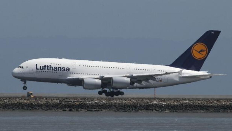 Un Airbus A380, el avión comercial más grande del mundo, aterrizó en el...