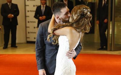 En video: Messi y Antonela Roccuzzo se dan el beso de los novios en medi...