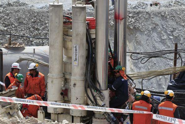 9 de octubre: La máquina T-130 termina el hoyo de rescate de los mineros...