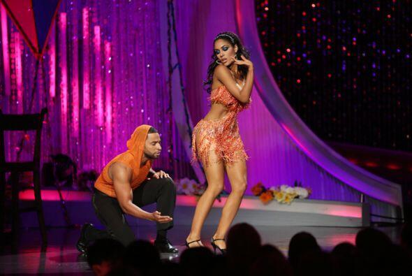La dominicana y el cantante tuvieron tremendo encuentro en la pista de b...