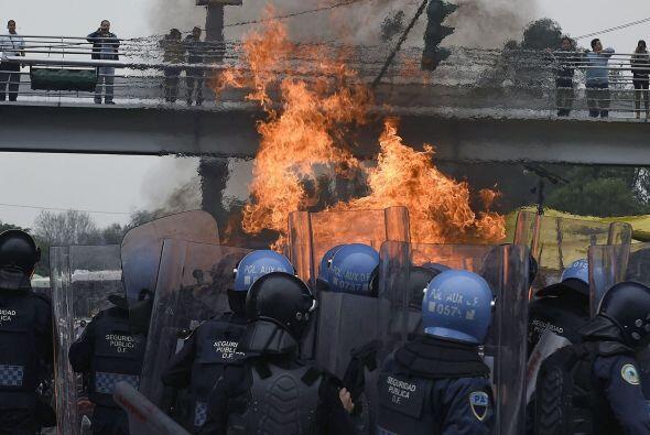 Esta imagen muestra el fuego causado por bombas molotov.