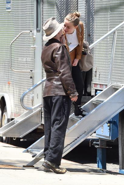 Con sus acostumbradas vestimentas Depp llegó de la mano con Amber.Mira a...