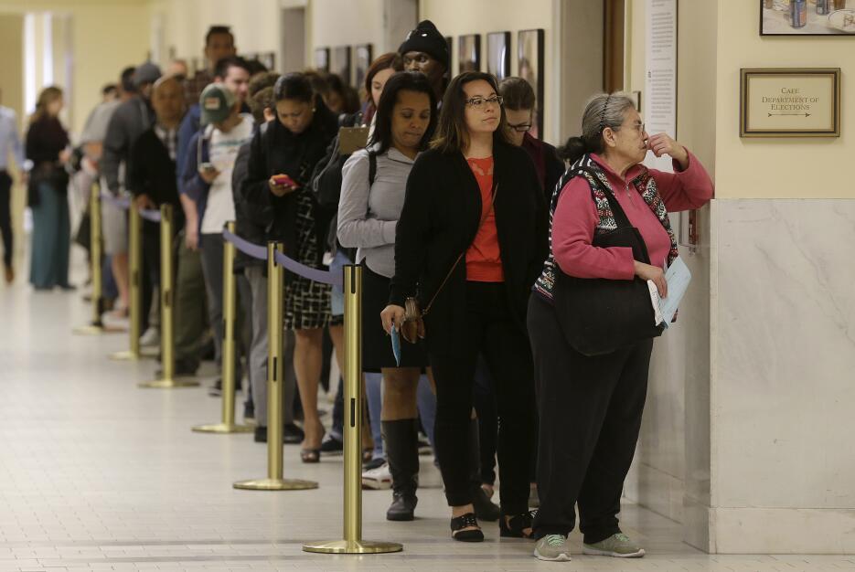 Fila para votar en las elecciones primarias en California. San Francisco.