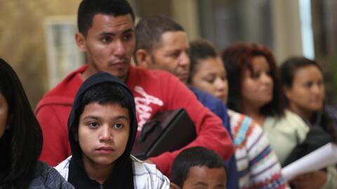 Un grupo de inmigrantes centroamericanos  detenidos en la frontera entre...