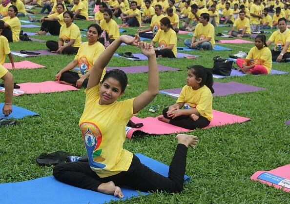 En Dhaka, miles de personas practicaron yoga bajo estrictas medidas de s...