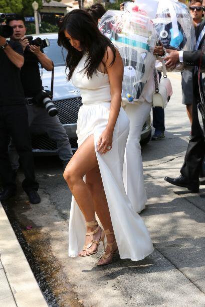 Lo curioso es que Kim fue con mami Kris Jenner.  Aquí los videos más chi...