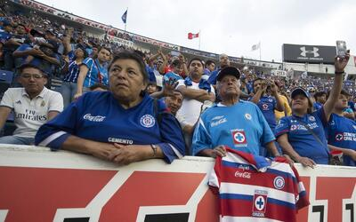 Cruz Azul despidió a su estadio con 27 mil aficionados en las gra...