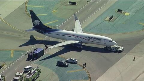 Ocho personas en un camión de servicio en el Aeropuerto de Los Ángeles r...