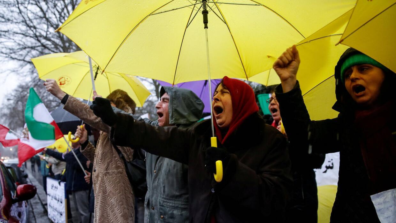 Protestas de un grupo de cuidadanos iraníes frente a la embajada de Irán...