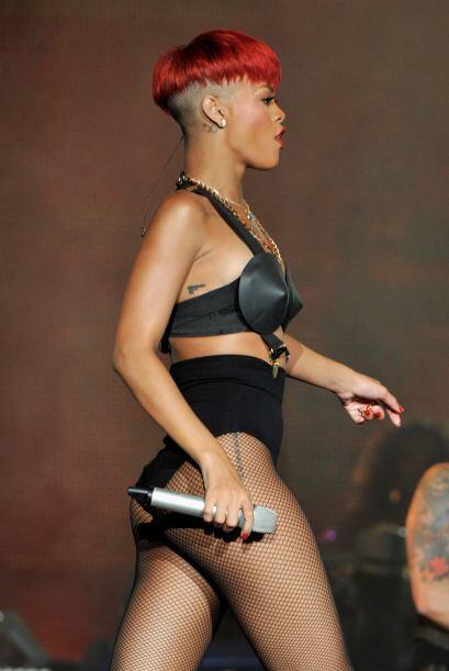 Rihanna se tatuó una pistola en su costado, aunque el corte de cabello y...