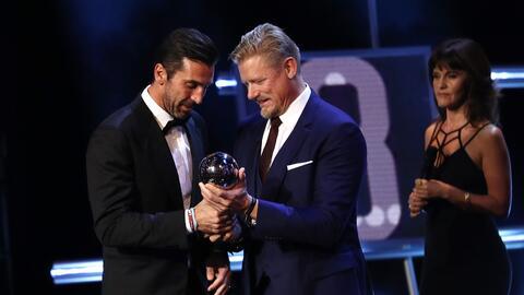 Gianluigi Buffon recibe el premio The Best al mejor arquero de manos de...