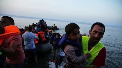 Un grupo de inmigrantes arriba a la isla griega de Lesbos.
