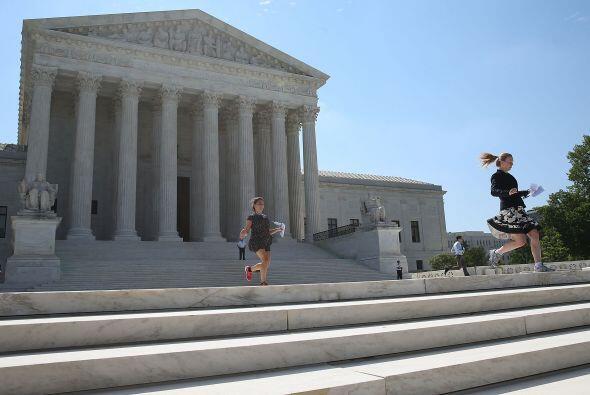 Los pasantes corren en la plaza de la Corte Suprema. Sin saberlo, llevab...
