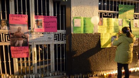 Familiares de los jóvenes asesinados realizan una protesta en la...