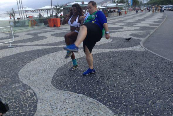 En la playa de Copacabana, Raúl estuvo realizando algunos ejercicios al...