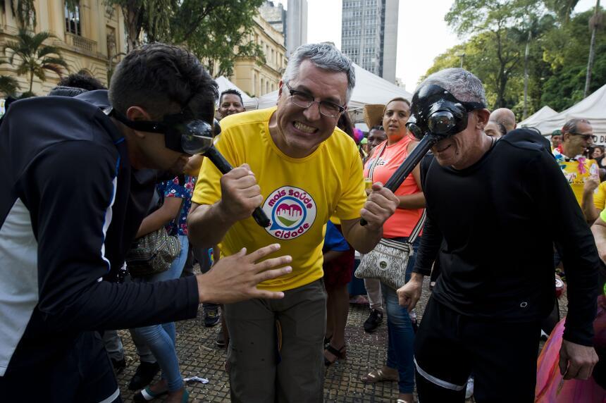 El secretario de Salud de Brasil. Alexandre Padilha, también salió a las...