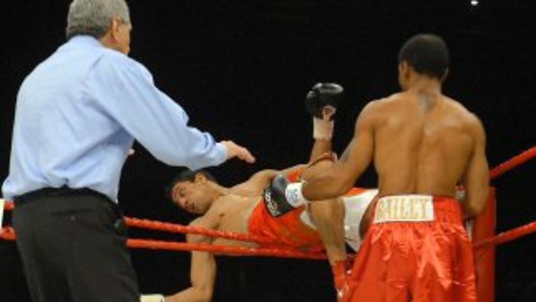Randall Bailey sacó del ring al marroquí Said Ouali en una pelea elimina...