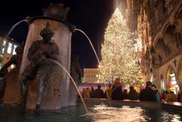En Munich, Alemania el espiritú navideño también adorna el centro de la...